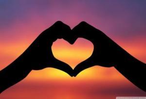 http://www.kucuu.com/Static/Photo/hands-making-a-heart-in-the-sunset-wallpaper.html